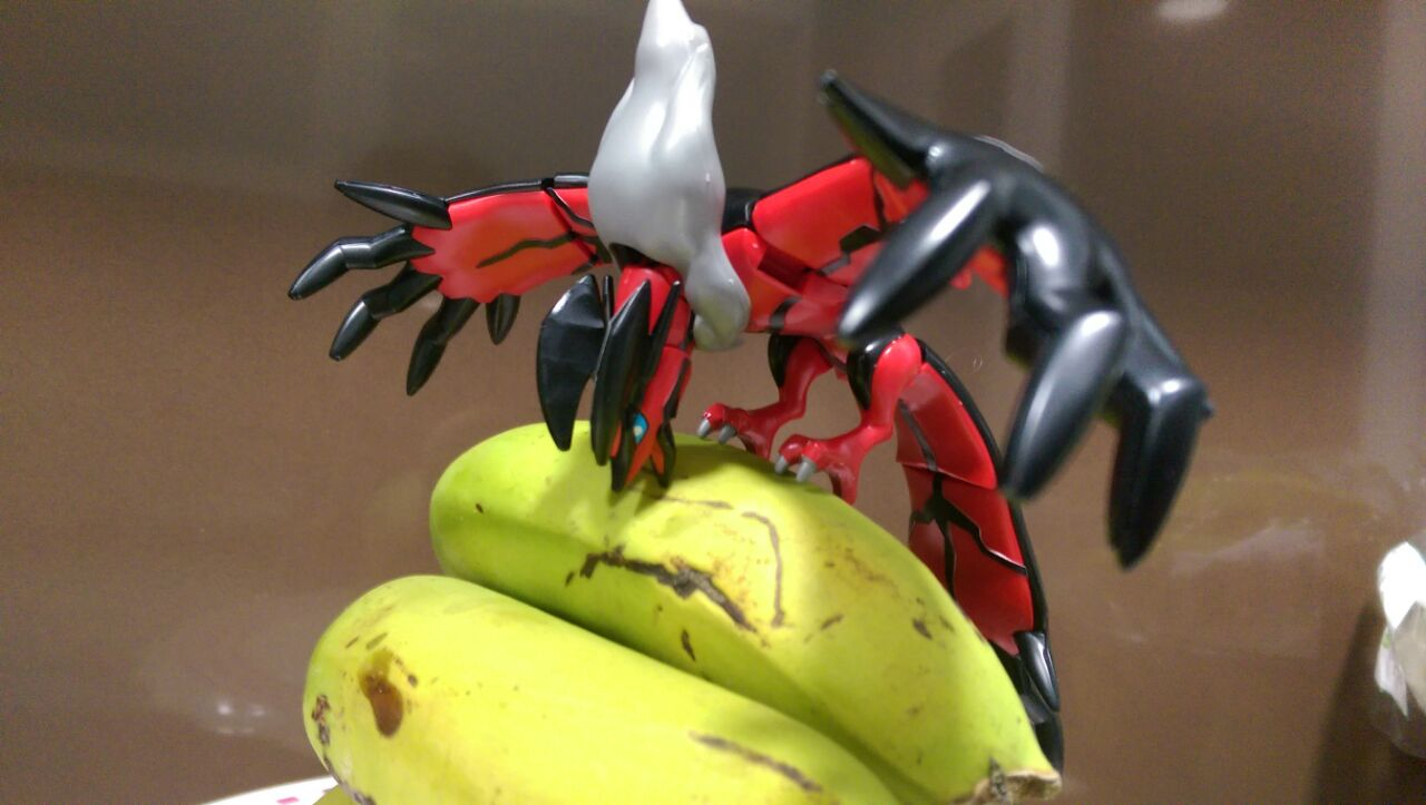 Yveltal engullendo plátanos gigantes